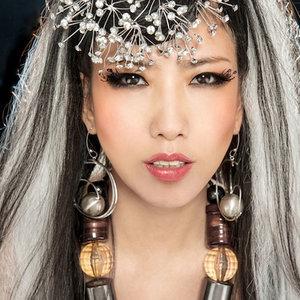 情人鹤顶红(热度:109)由上饶乐团女神唱将随缘《暂退》翻唱,原唱歌手叶贝文